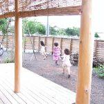 子ども達が走りまわる庭