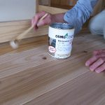 無垢の床板に自然塗料〜塗り方のコツ〜